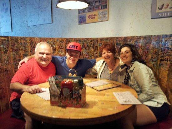 Pump House: Une famille heureuse; merci à notre serveuse pour la photo !