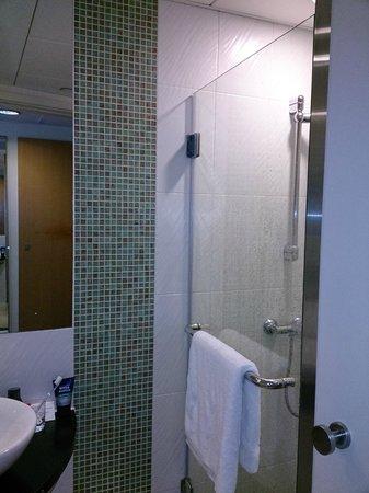 Holiday Inn Express Hong Kong Causeway Bay: Standing shower