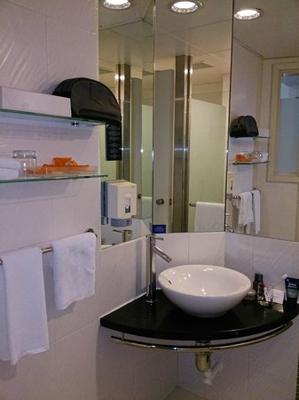 Holiday Inn Express Hong Kong Causeway Bay: Vanity Area