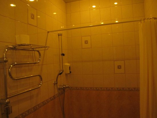 Vesta Hotel: Heated towel rail and shower