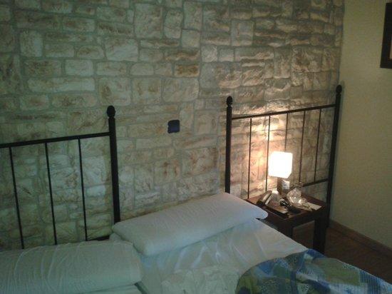 Hostal del Senglar: 2 camas!!!! decepcionante en una escapada romántica