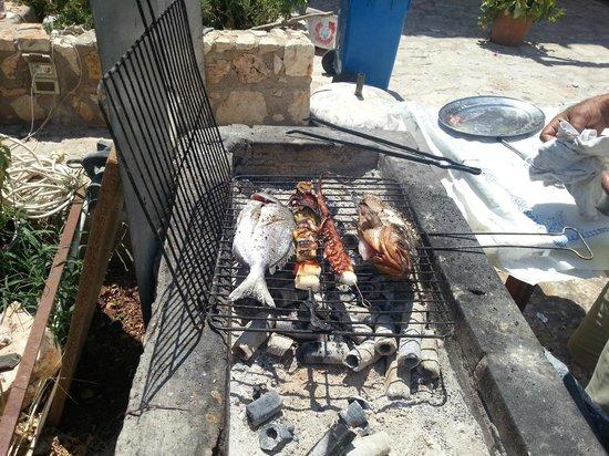 Mikro Parisi: ızgara balık, kalamar ve ahtapot
