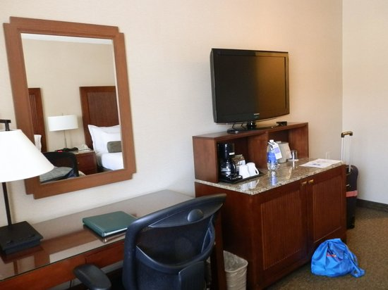 Handlery Hotel San Diego: Fairly small room by American standards