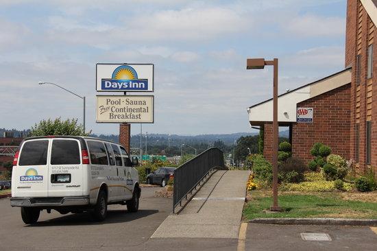 Days Inn Clackamas Portland: Front Entrance