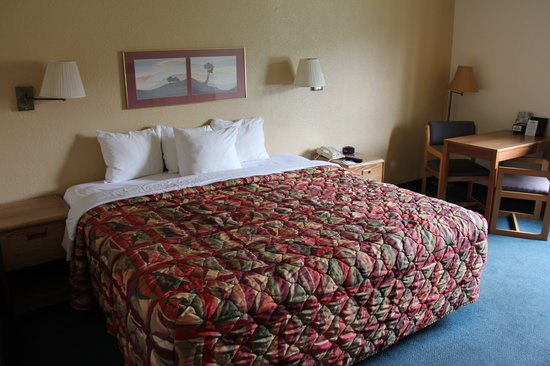 Days Inn Clackamas Portland: king bed