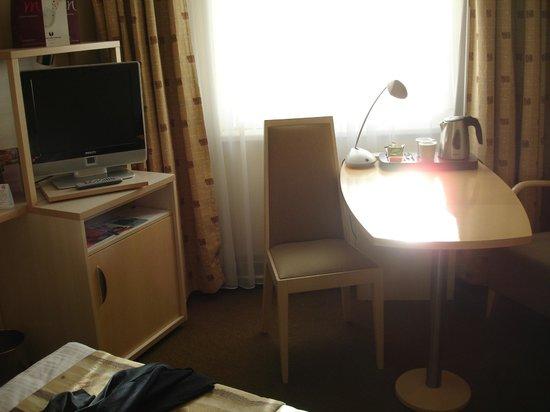 Mercure Budapest Korona Hotel: room desk