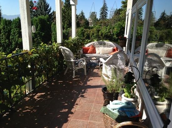 A Touch of English Bed & Breakfast: Beautiful deck to enjoy my morning coffee.