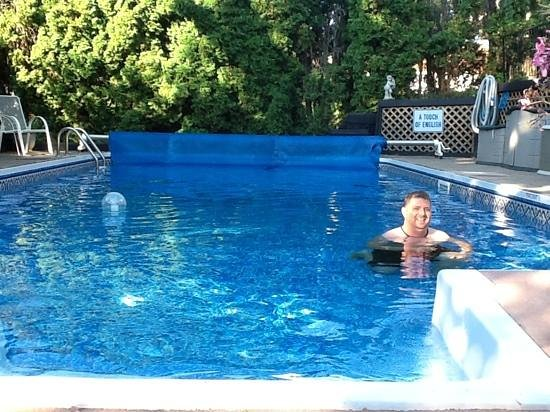 A Touch of English Bed & Breakfast: Enjoying the pool.