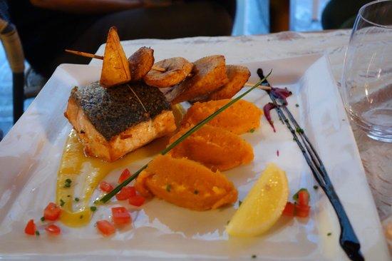 Sisco : Dos de saumon rôti à la gousse de vanille, sauce mangue et citron vert
