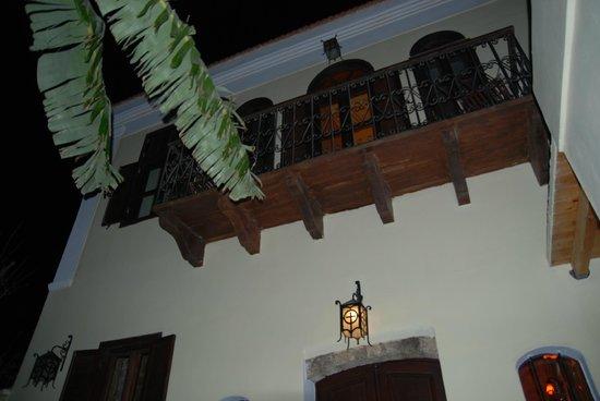 Nikos Takis Fashion Hotel: balcón por la noche