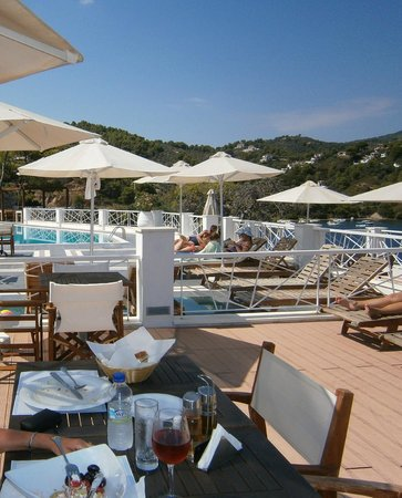 Cape Kanapitsa Hotel & Suites: Lunch by the pool.