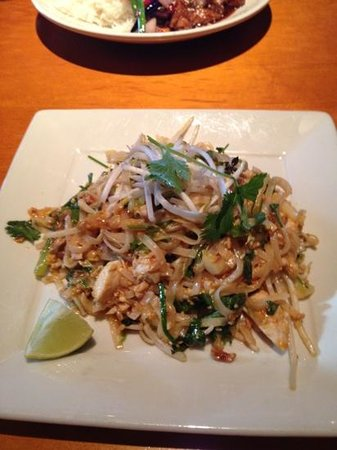 Big Bowl Asian Kitchen: Chicken Pad Thai