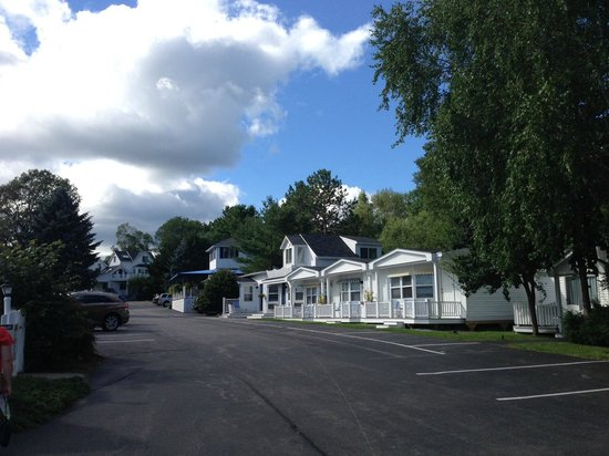 Glen Cove Inn & Suites : View of the hotel from the end of the drive