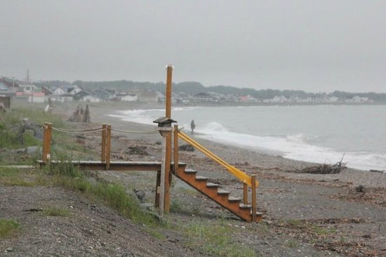 Camping Ancre Jaune : Wooden steps leading to the beach