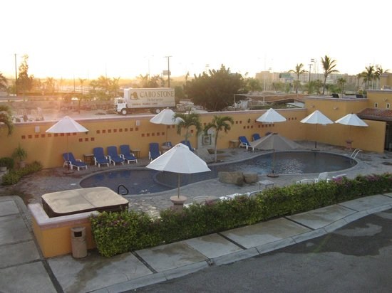 Hotel Quinta Del Sol: Foto de la alberca por la mañana.