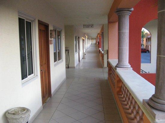 Hotel Quinta Del Sol: Corredor del edificio izquierdo.