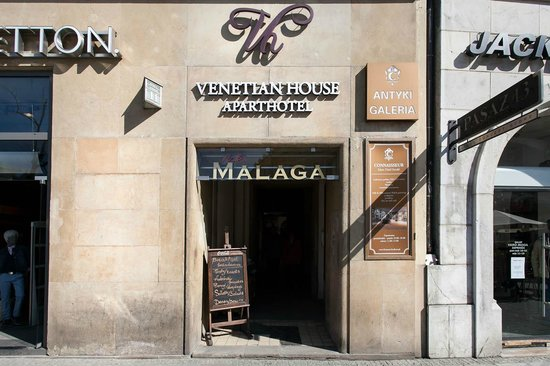 Venetian House Aparthotel: Entrance from Main Market Square
