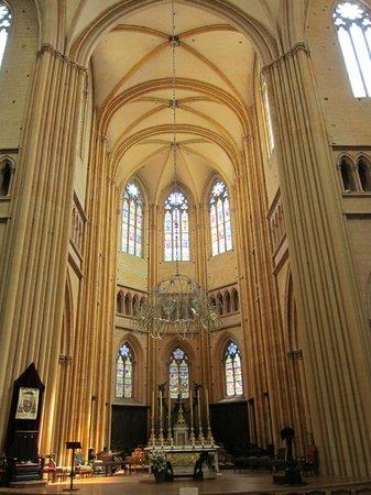 Cathédrale Saint-Bénigne de Dijon: Warm and cosy atmosphere