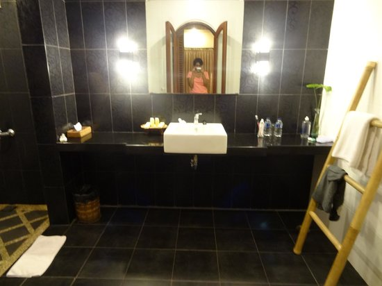 Sunset House Lombok : The batroom od Deluxe Seaview room