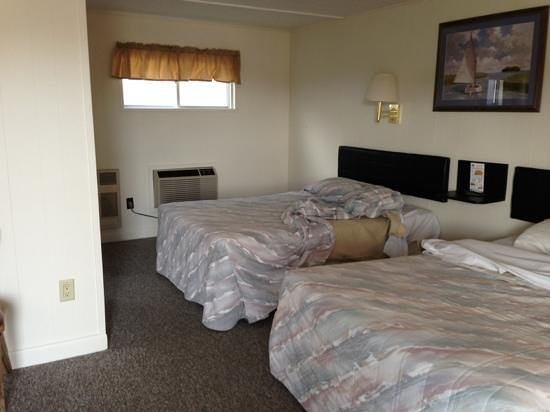 Hyannis Holiday Motel: room