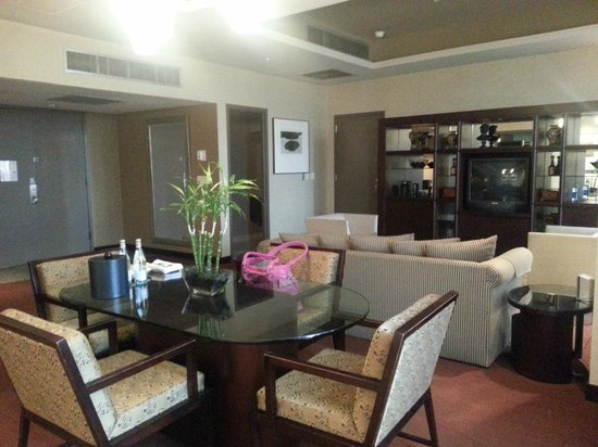 Edward Hotel & Conference Center: Grand Suite Living Area