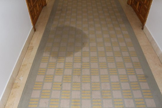 Parador de Gijon : Verfleckter Teppich auf Flur