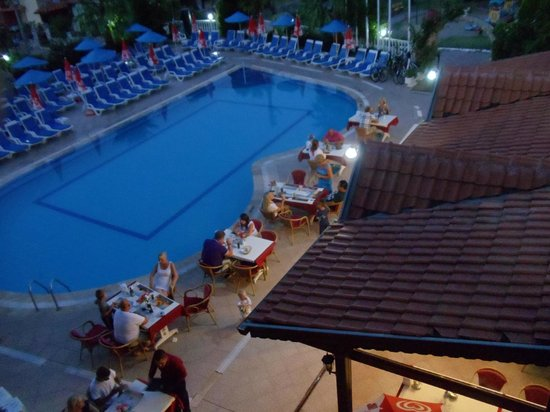 Oren Hill Apart Hotel: Dinnertables at the pool