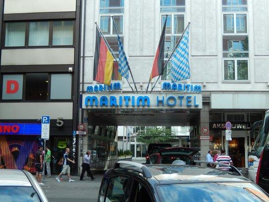 Maritim Hotel Munchen : Street scene outside hotel