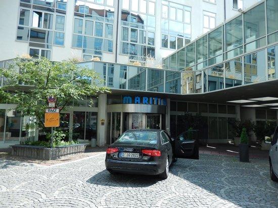 Maritim Hotel Munchen: Hotel entrance