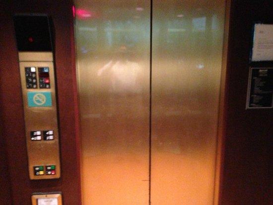 ماريوت ميلفيل لونج آيلاند: Surprise! Controls on left.