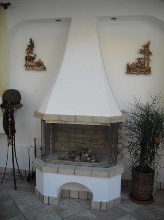 Garni Hotel Wildbach: caminetto nella veranda