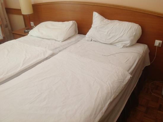 Hotel Adria: La camera appena rifatta dallo staff...Scaravent art....?