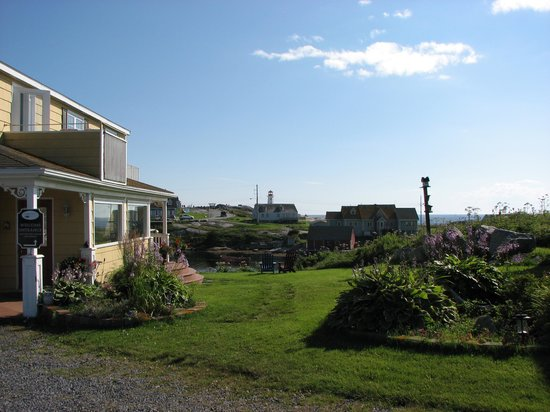 Peggy's Cove Bed & Breakfast: View from the yard