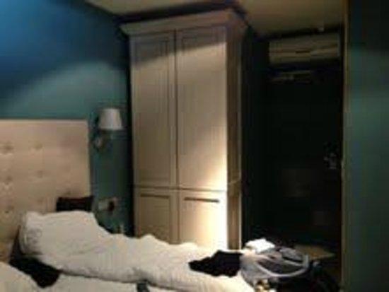 Cityden Museum District City Suites : bedroom and cabinet
