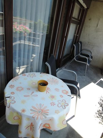 Hotel Eiger Grindelwald : the balcony and a dirty flower pot on the table