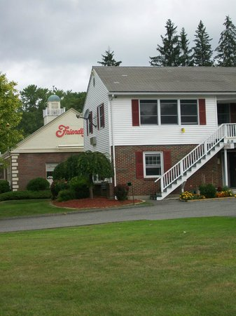 Pilgrim Inn: Friendly's right next door to the office