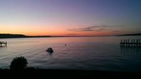 Driftwood Inn Bed and Breakfast: Sunset on Cayuga Lake