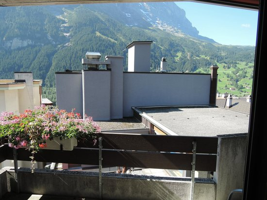 Hotel Eiger Grindelwald : the restaurant ventilation and cooling machine in front of balcony