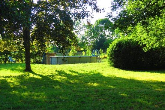 Les Basses Portes - Chambres et Tables d'Hotes : La piscine hors sol dans le parc, à l'écart du bâtiment principal