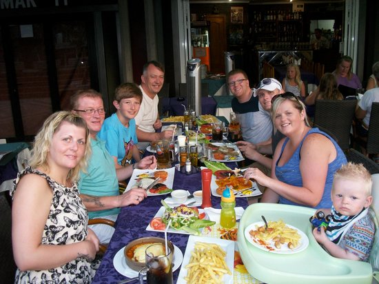 El Nublo: Family enjoying the wonderful meal