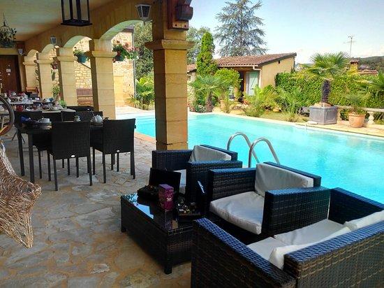 Domaine Lacoste : Espace petit déjeuner au bord de la piscine