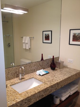 I Hotel and Conference Center : Bathroom