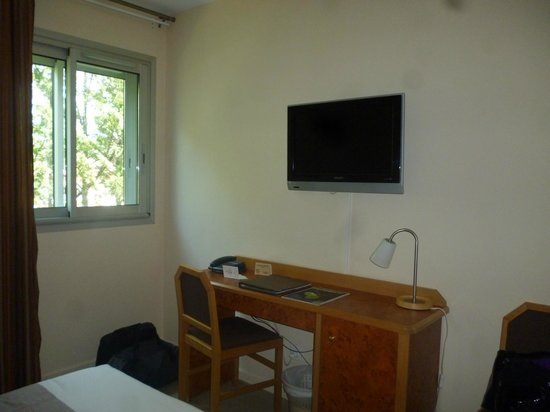 Hotel Le Biarritz: Côté bureau/télé face au lit