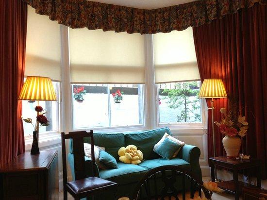 Grosvenor Gardens Hotel: Bright bay window