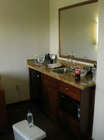 Embassy Suites by Hilton Portland Maine : Kitchenette