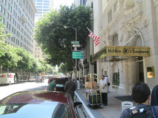 Hilton Checkers Los Angeles: View of the entrance on Grand Street