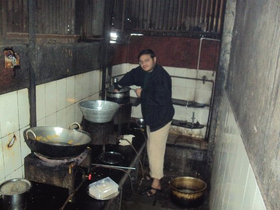 Hotel Sapna: me tryin to get smthing hot.. i know it looks very unhygenic