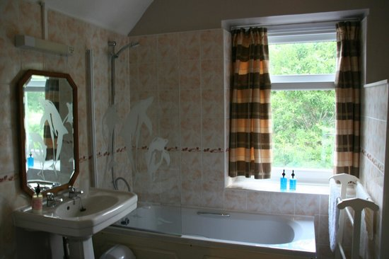 The Courthouse (Henllys): Large bathroom