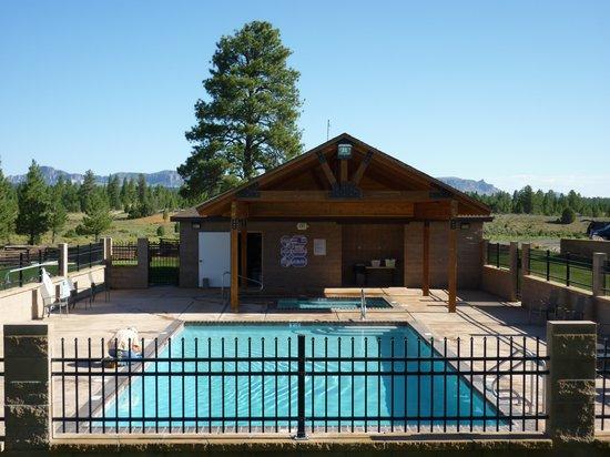 Bryce Canyon Pines: piscine et jacuzzi