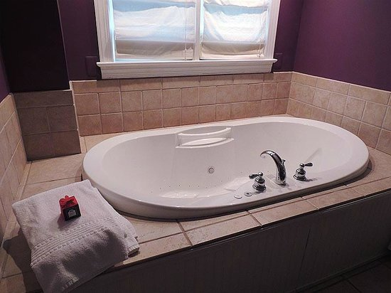 Holladay House Bed and Breakfast: Garden Room: Chromatherapy Whirlpool Tub for Two - with tea bath off to the side